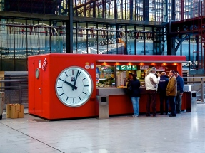 A_Quick_Snack!_Fast_Bar_Clock_in_the_Principe_Pío_Station_in_Madrid_Spain
